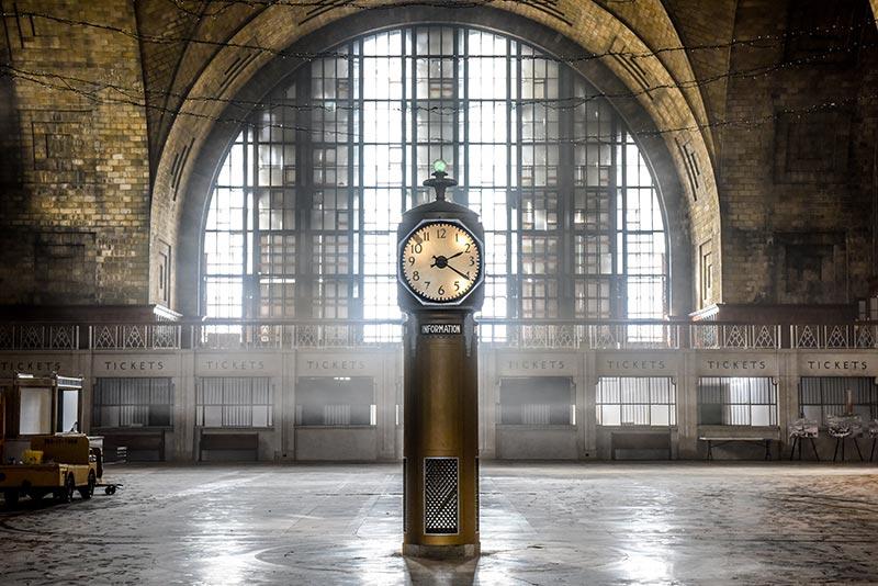 Concourse clock